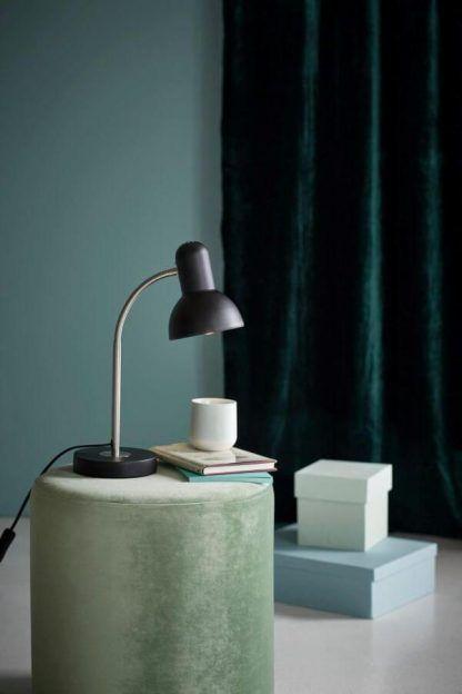 Czarna metalowa lampa na stolik w sypialni