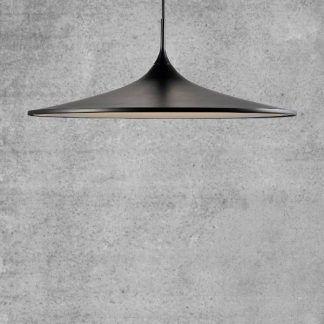 Czarna płaska lampa wisząca na tle betonowej ściany