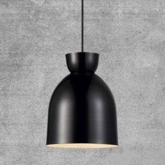 czarna skandynawska lampa wisząca w salonie - betonowy tynk