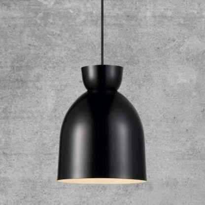 Czarna metalowa lampa wisząca na tle szarej ściany