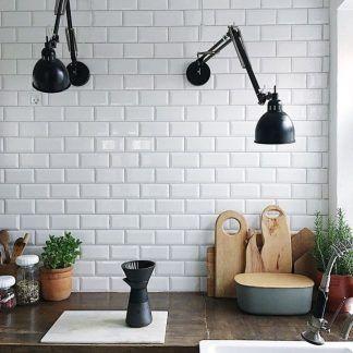 czarne kinkiety regulowane w kuchni nad brązowym blatem
