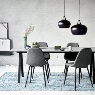 czarne lampy wiszące na betonowej ścianie w salonie