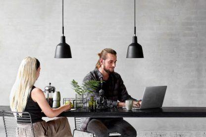 czarne nowoczesne lampy wiszące do czarnego stołu w jadalni