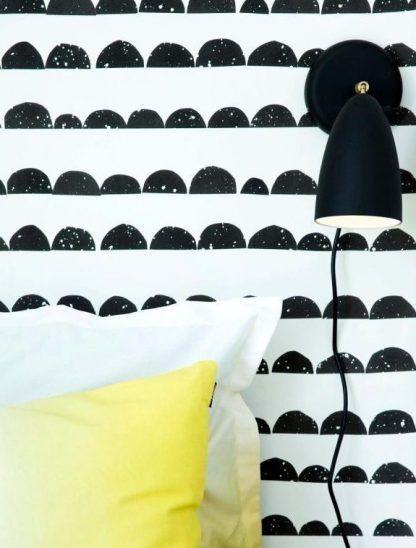 czarny kinkiet do tapety biało czarnej w sypialni