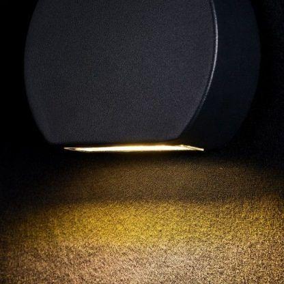 czarny kinkiet led do czarnej tapety - aranżacja