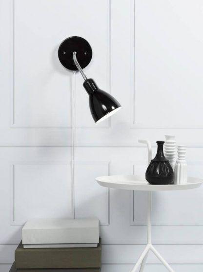 czarny kinkiet w połysku do białego salonu