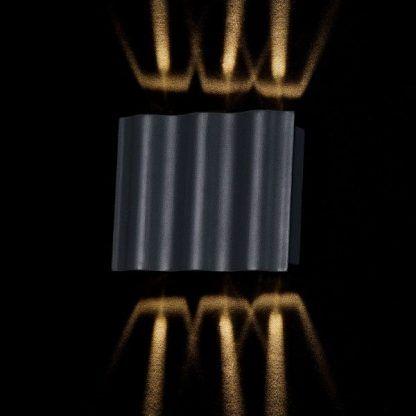czarny kinkiet z dekoracyjnym światłem - falista budowa