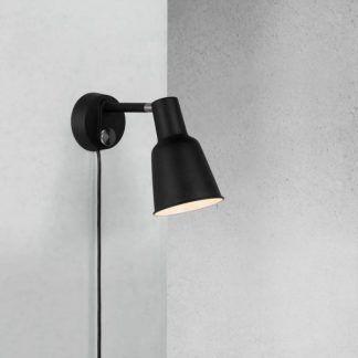 czarny kinkiet z wtyczką na kablu w stylu skandynawskim