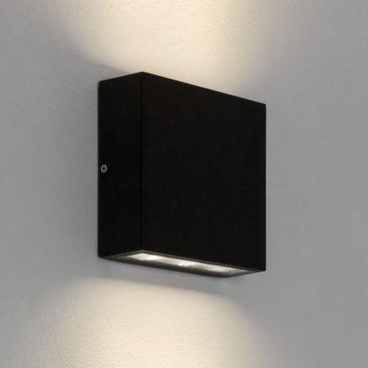 czarny kinkiet zewnętrzny pionowe światło