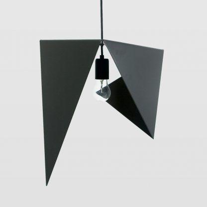 czarny klosz lampy wiszącej z powyginanych blach
