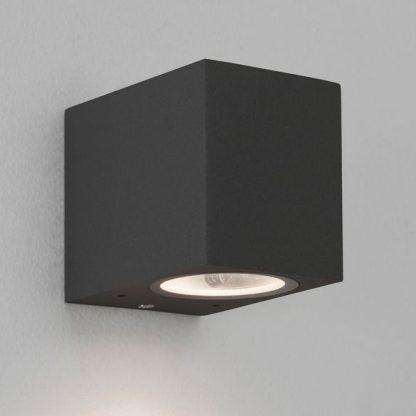 czarny kwadratowy kinkiecik do nowoczesnej białej łazienki