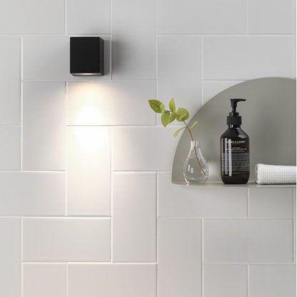 czarny kwadratowy kinkiet do cegły białej w łazience