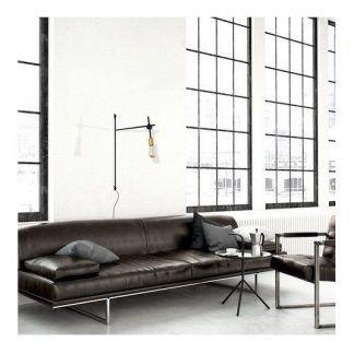 czarny metalowy kinkiet w salonie industrialnym
