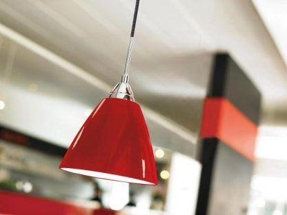 Czerwona lampa wisząca na tle szarej kuchni