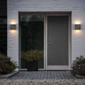 dekoracyjny kinkiet przy drzwiach wejściowych