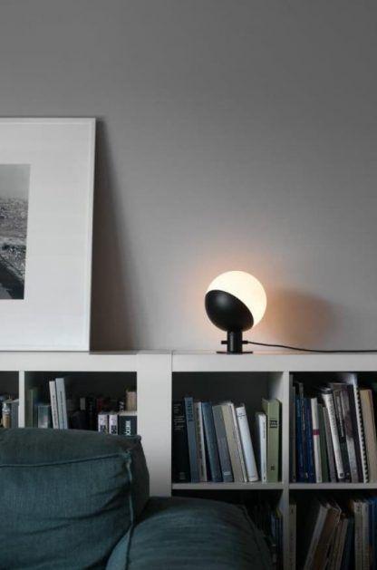 designerska lampa stołowa do salonu aranżacja