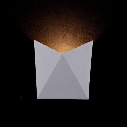 designerski kinkiet do czarnej tapety - biała lampa