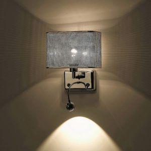 designerski kinkiet z lampką do czytania w sypialni - aranżacja