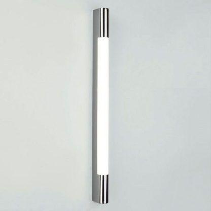 długi kinkiet do łazienki obok lustra - szklany i srebrny