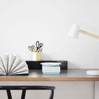 drewniana lampa biurkowa z białym kloszem do firmy