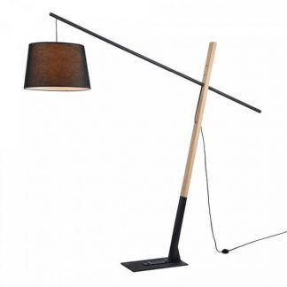 drewniana lampa podłogowa z czarnym abażurem