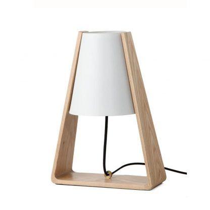 drewniana lampa stołowa z białym kloszem trójkąt