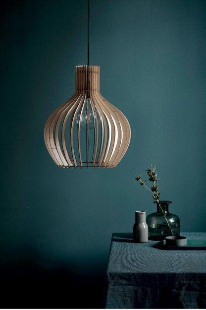 drewniana lampa wisząca nowoczesna do ciemno zielonej ściany