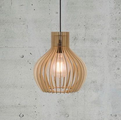drewniana lampa wisząca z listewek do betonowej ściany