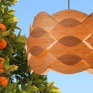 drewniana lampa wisząca z pofalowanych fal