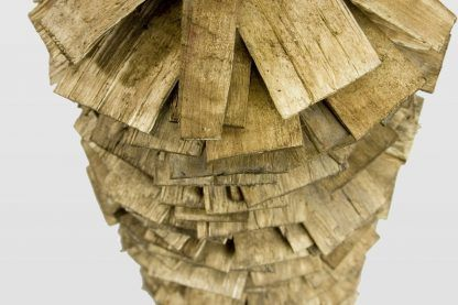 drewniany gont w lampie stojącej z miedzią