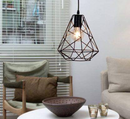 Druciana czarna lampa w szarej aranżacji salonu