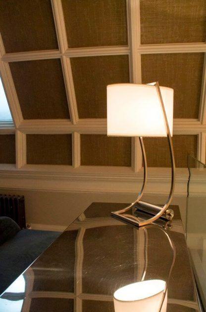 duża lampa biurkowa z abażurem aranżacja