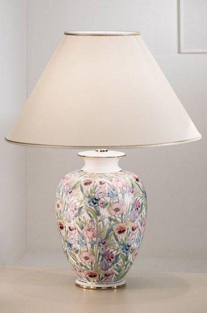 duża lampa stołowa z kwiecistymi wzorami i delikatnym abażurem