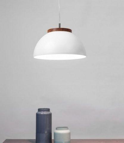 duża lampa wisząca biała z drewnianą rozetką
