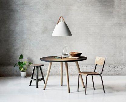 duża lampa wisząca nad czarnym stołem - szary beton