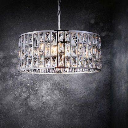 duża lampa wisząca srebrne kryształy szara ściana