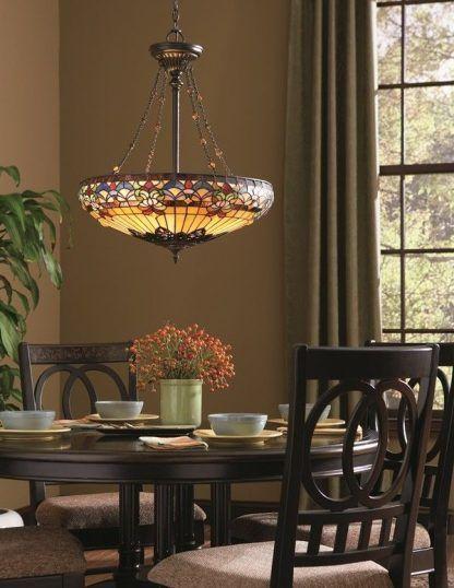 duża lampa wisząca z witrażowego szkła aranżacja