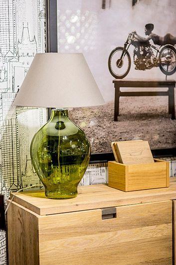 duża szklana oliwkowa lampa stojąca na drewnianą komodę