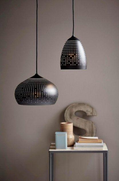 dwie czarne lampy wiszące z dziurawymi kloszami