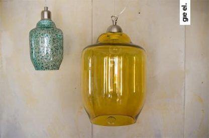 dwie lampy obok siebie wiszace w różnych kolorach