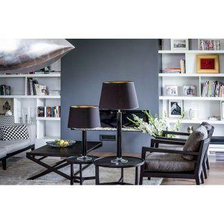 dwie lampy stołowe na stolikach czarne z abażurem w salonie
