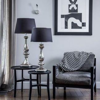 dwie lampy stołowe obok siebie w salonie czarne i srebrne