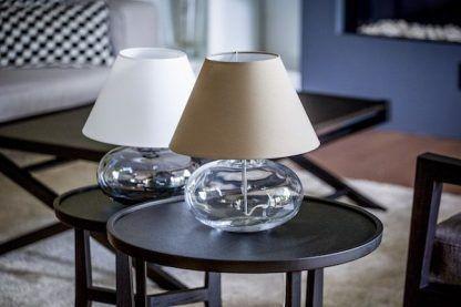 dwie lampy stołowe ze szklanymi kloszami z abażurami
