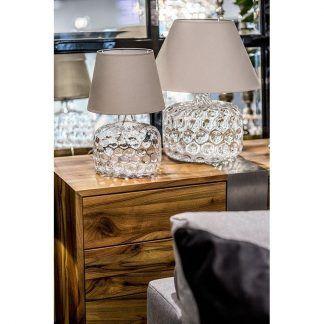 dwie lampy stołowe ze zdobionym szkłem i abażurem ecri