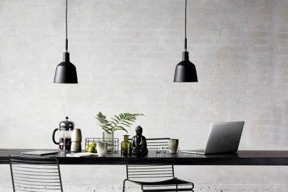 dwie lampy wiszące do czarnego stołu i szarej ściany w salonie