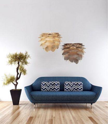 dwie lampy wiszące obok niebieskiej sofy - płatki