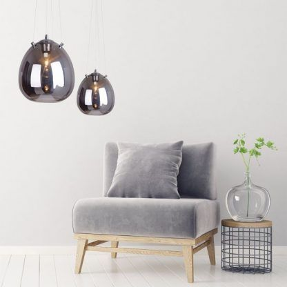 dwie lampy wiszące szklane - srebrne kule do jasno szarych ścian