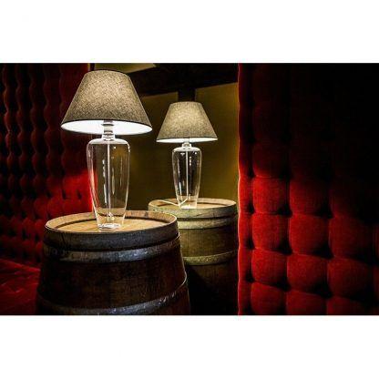 dwie piękne lampy do sypialni z czerwonymi meblami