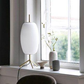 elegancka lampa stołowa na parapecie aranżacja