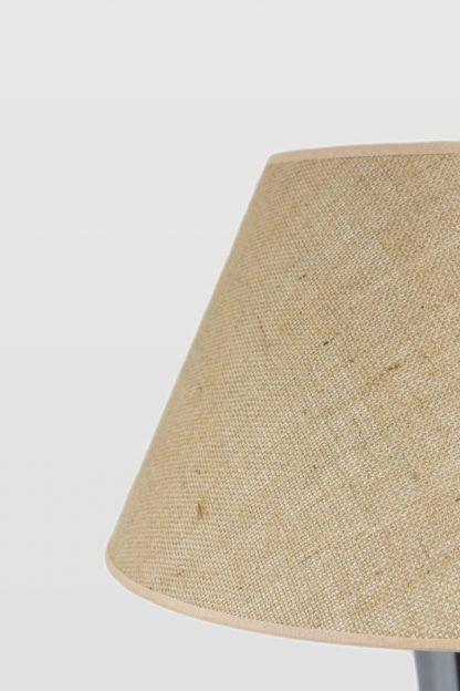 Estetycznie wykończony abażur w kolorze beżowym